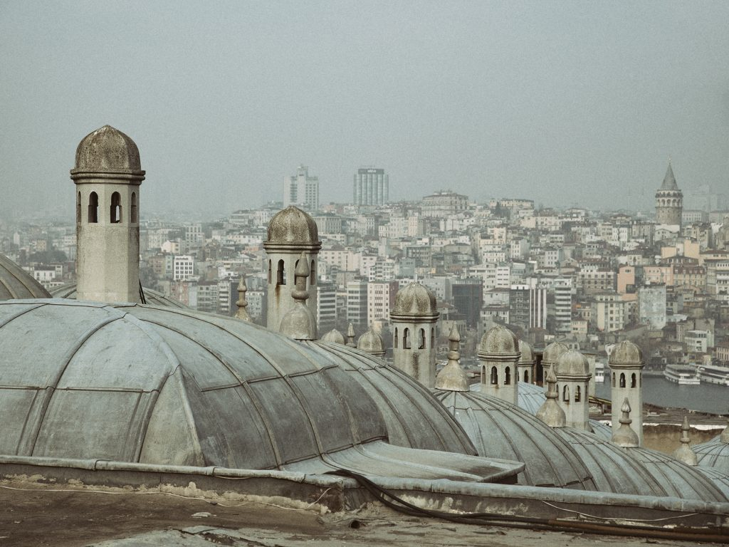 on-the-road-magdalena-menzinger-istanbul-roofs