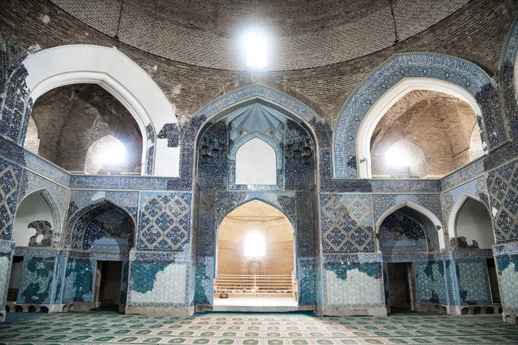 on-the-road-magdalena-menzinger-iran-tabriz-blue-mosque