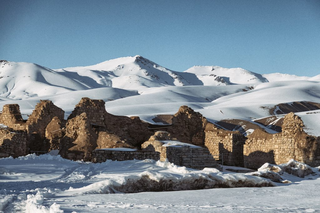 on-the-road-magdalena-menzinger-iran-takht-e-soleyman-ruins